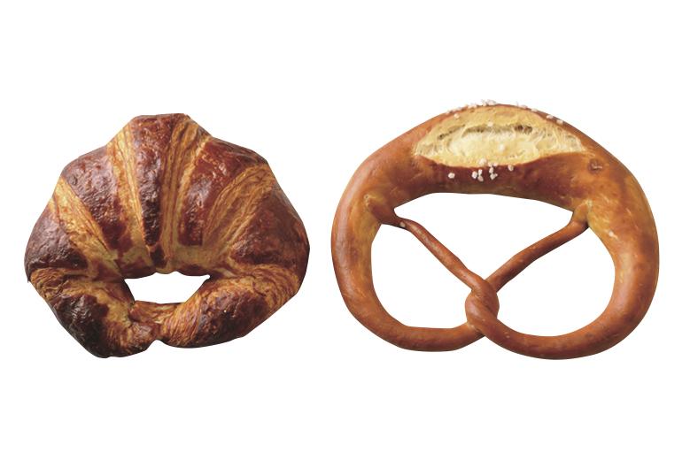 左「ラウゲンクロワッサン」300円。ラウゲン溶液を染み込ませてこんがり香ばしく焼いたドイツパン。 右「プレッツェル」180円。