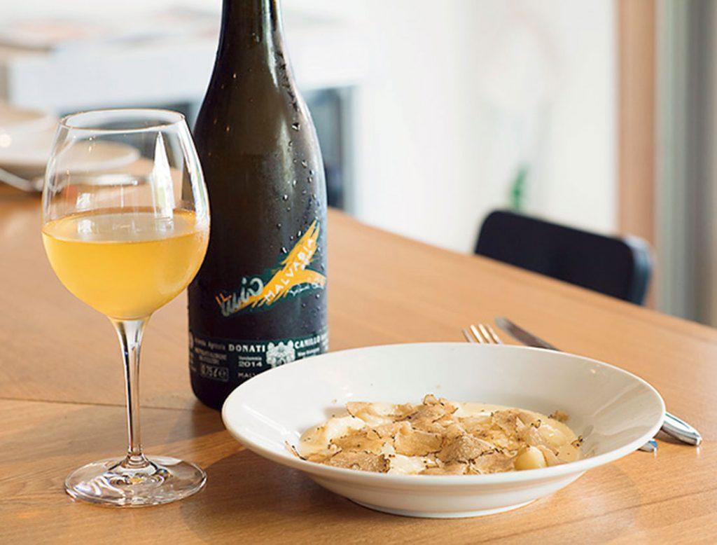 口どけのよいじゃが芋のニョッキ黒トリュフがけ1,700円、グラスワイン700円~(各税込)。