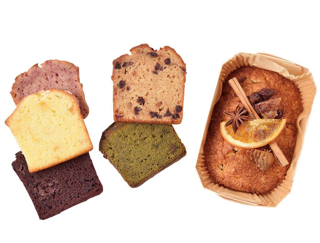 写真右・「フルーツケーキ」1500円。左・「カットケーキ(ラズベリー、オレンジシトロン、濃厚抹茶、バナナブレッドチョコチップ、ダブルチョコレート)」各280円(各税込)