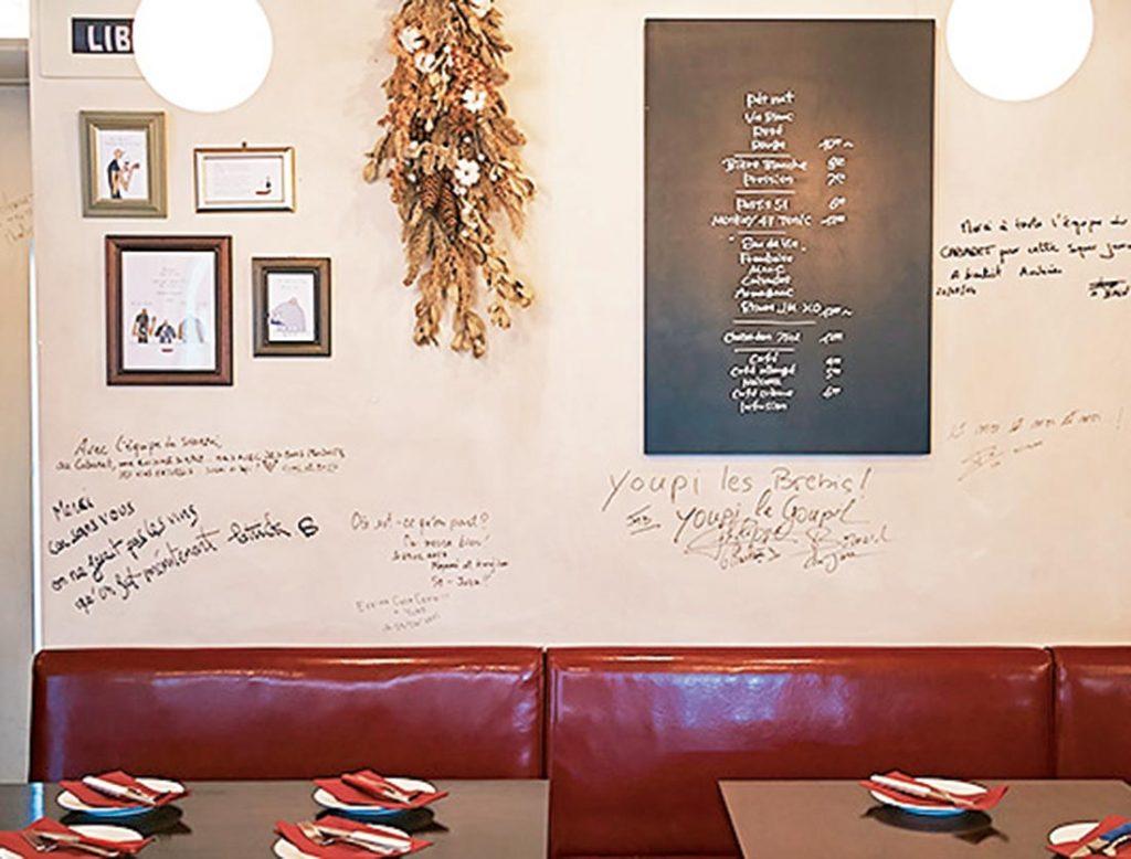 壁にはワイン生産者たちのサインが。