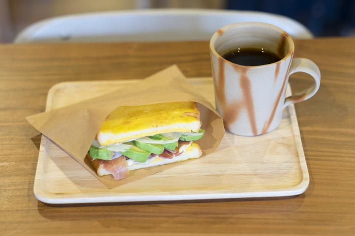 アボカドや生ハムチーズたっぷりの「サンドイッチ」(600円)、「アメリカーノ」(390円)