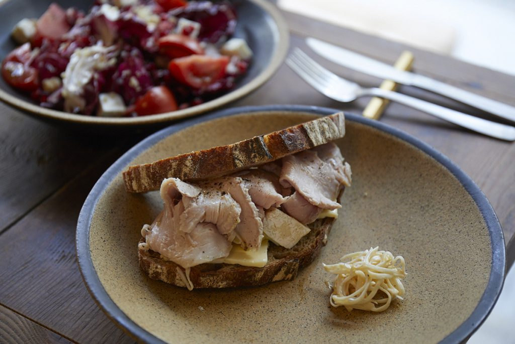 「自家製ハムとカマンベールのサンドイッチ」(980円)、「トレビス、キヌア、グレープフルーツのサラダ」(980円)