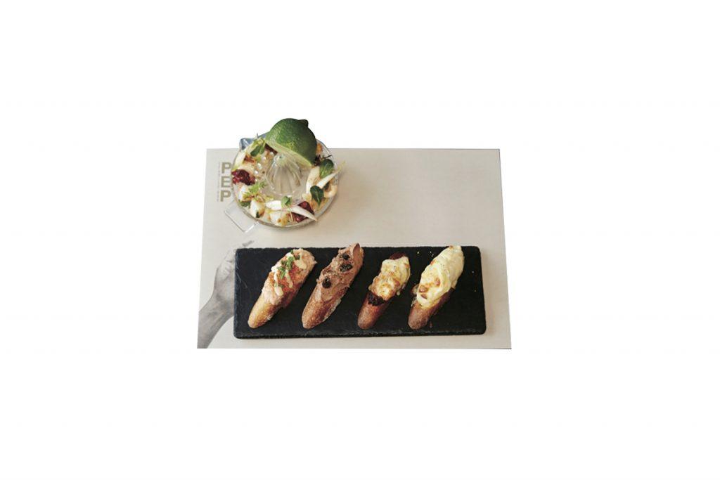 下の、小エビとクリームチーズなどバラエティに富んだピンチョスは1個180円~。上は産地直送魚介のセビーチェ520円。ライムをギュッと搾って!