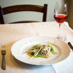 小さな鰆のグリル しらすのソース 1,000円。グラスワインは岩手県くずまきワインのサクラ800円。グラスワインは600円〜。