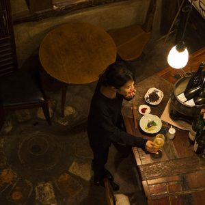 自然派ワインを堪能したら、とどめはスタイリッシュな隠れ家日本酒バーで。お洒落な西麻布の3軒はしごコース。
