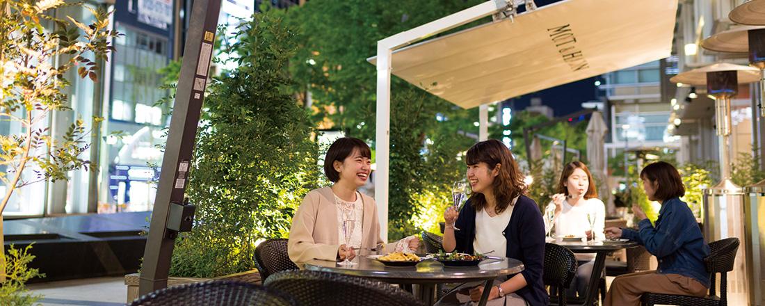 <span>ヨルは短しソト出よ乙女♡</span> 夏の夜にしたいこと3つ。ナイトテラスからスポーツ観戦、夜喫茶まで!