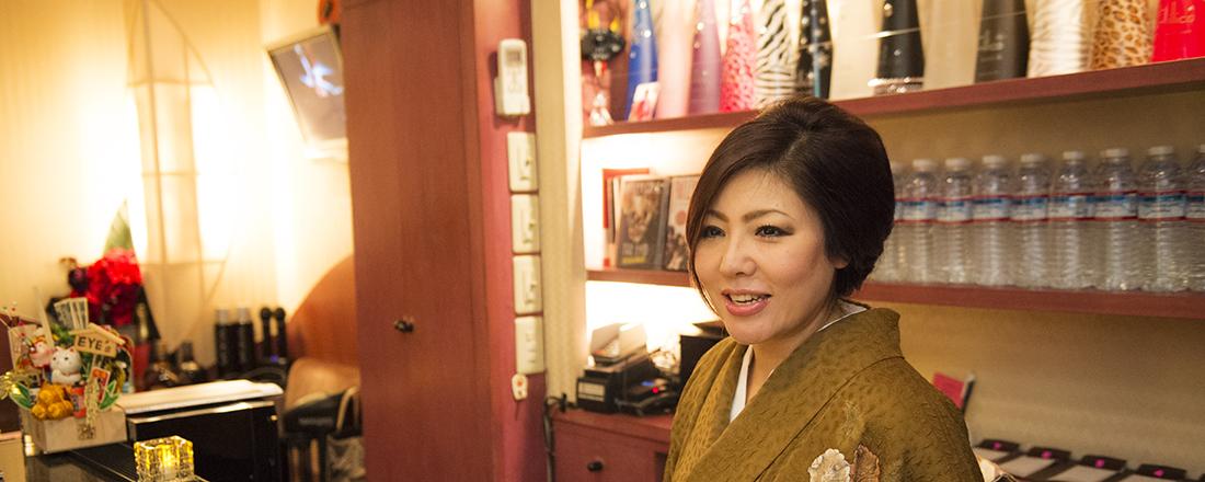 元ヘビメタバンドのベーシストでママデビューは香港!異色すぎる経歴の湯島〈EYE's〉のひとみママ。