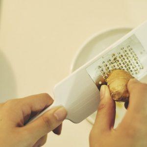 チーズを、生姜を、削りすぎちゃう!〈貝印〉のチーズグレーダーは爽快な使い心地。