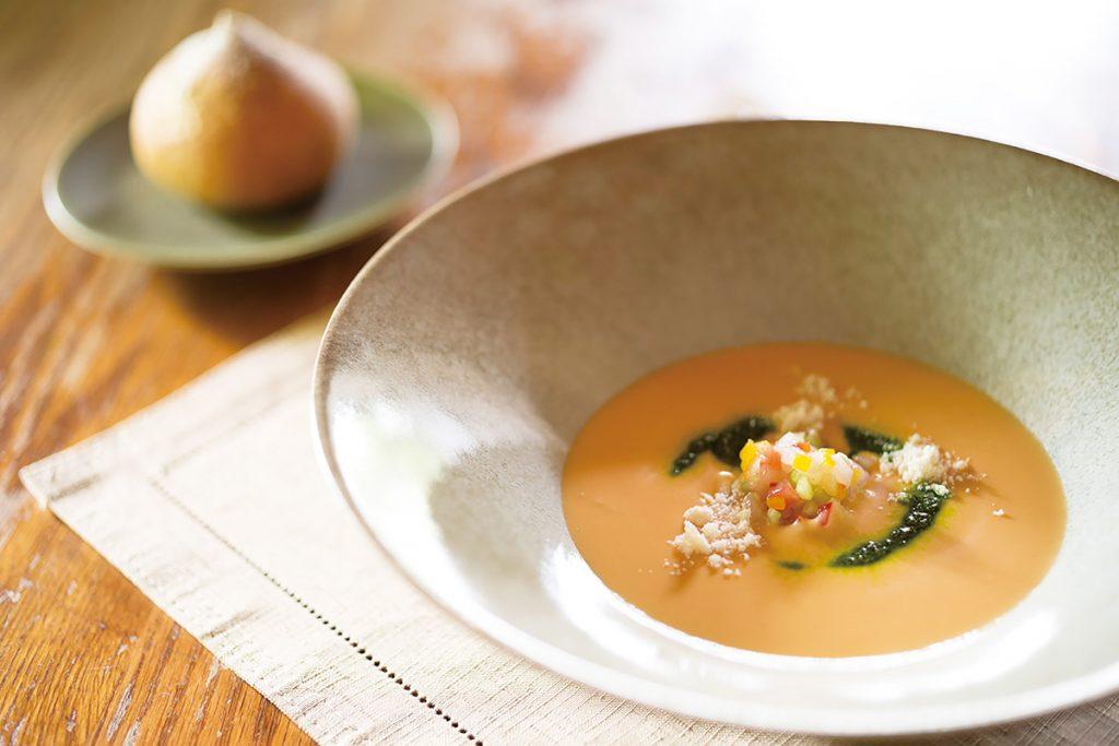 2品目「トマトの冷製ポタージュ ハリイカと彩り野菜と共に」と「自家製ライ麦パン」