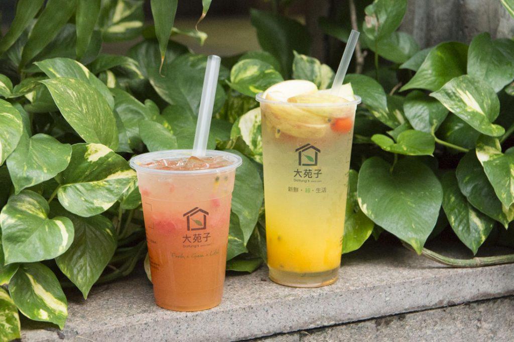 右「新鮮水果茶(シンシェンスウェイグォチャ)」(大杯65元)、左「柚見百香(ヨウチェンバイシャン)」(小杯60元)