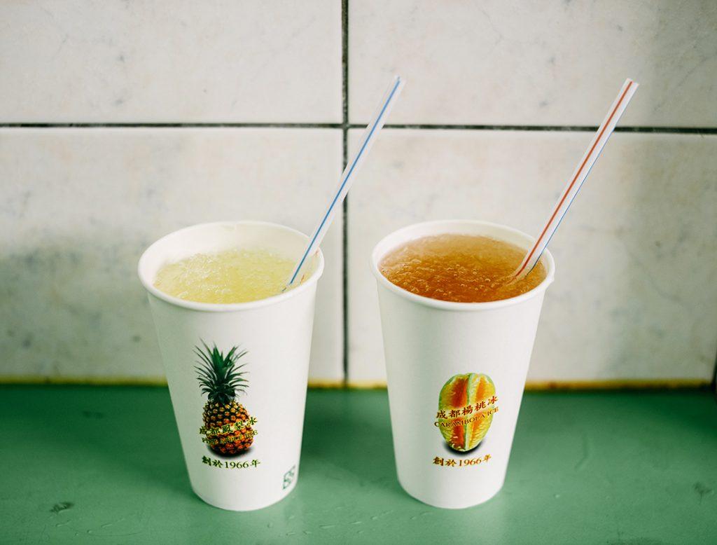 右「楊桃湯(ヤンタオタン)(小杯20元)、左「鳳梨湯(フォンリータン)」(小杯20元)