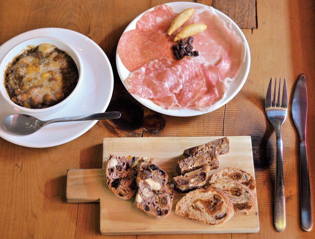 〈ラトリエ ドゥ プレジール〉のパン盛り合わせ660円。創作意欲に任せ、補備新しいパンを作る田中シェフの日替わりスペシャリテ3種。