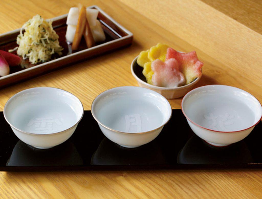 3種類の利き酒セット(揚げ麩付き)1,000円と、東山八百伊の漬物盛り合わせ600円