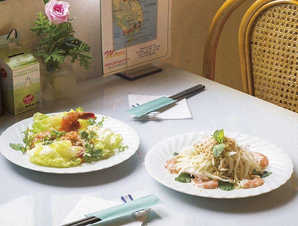 右から「青いパパイヤのサラダ」(1,400円)、「海老のウニソース炒め」(1,600円、各税込)