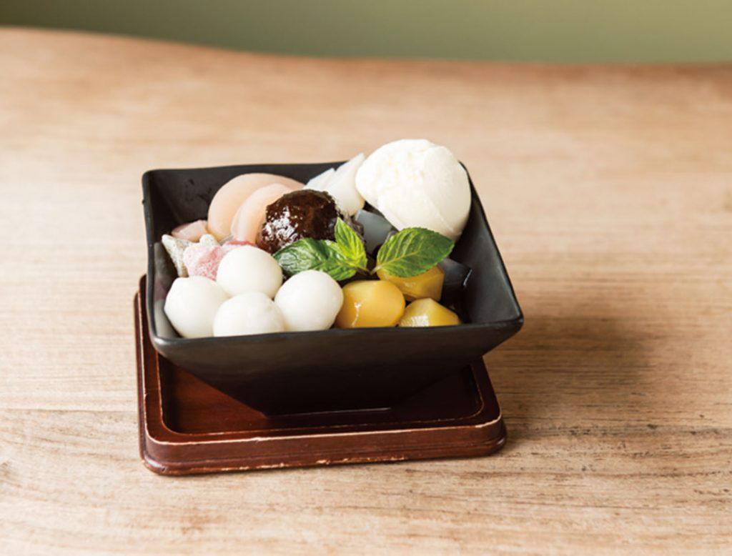 「クリーム白玉あんみつ」950円。くず餅にバニラアイスと白玉をトッピング。