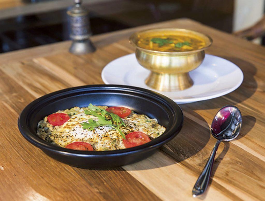 前から、米粉の生地 にスパイスで和えたひき肉と半熟卵を のせた「チョタモリ」(700円)、発酵筍 とたっぷり野菜の「バンブースープ」 (700円)
