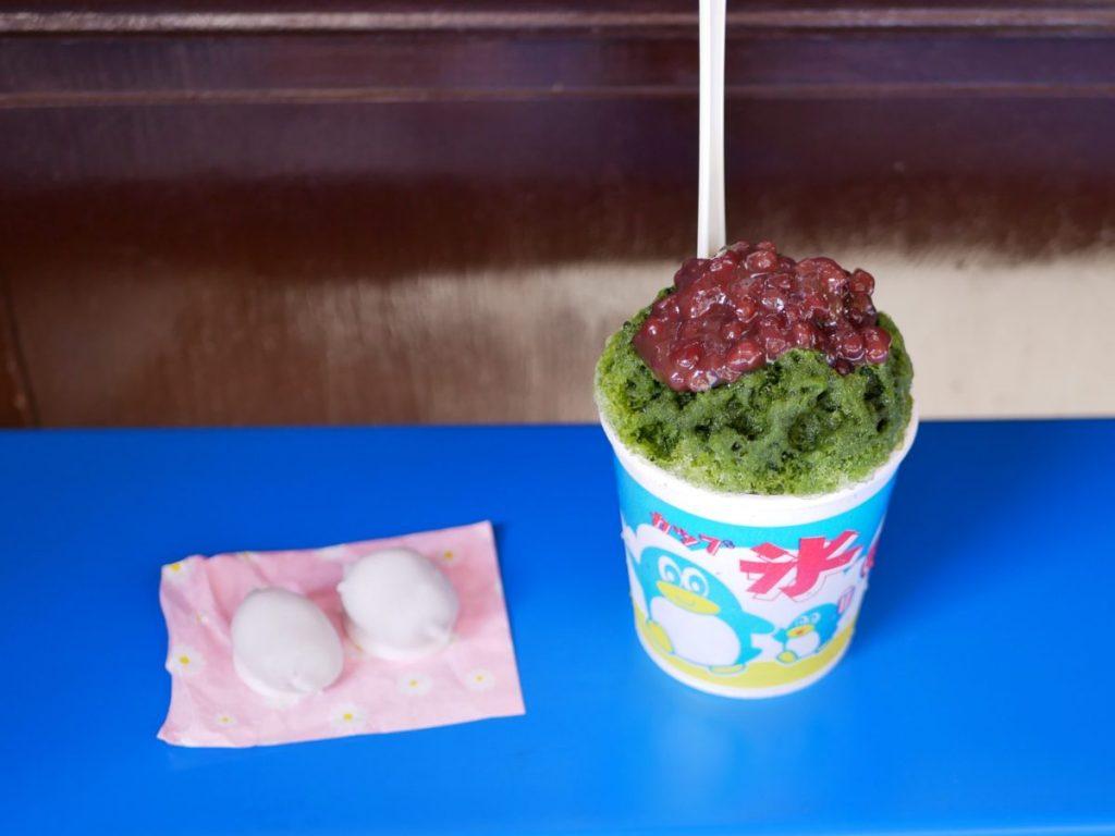 名物の和菓子「石衣」5個(300円)と「宇治あずき」(400円)