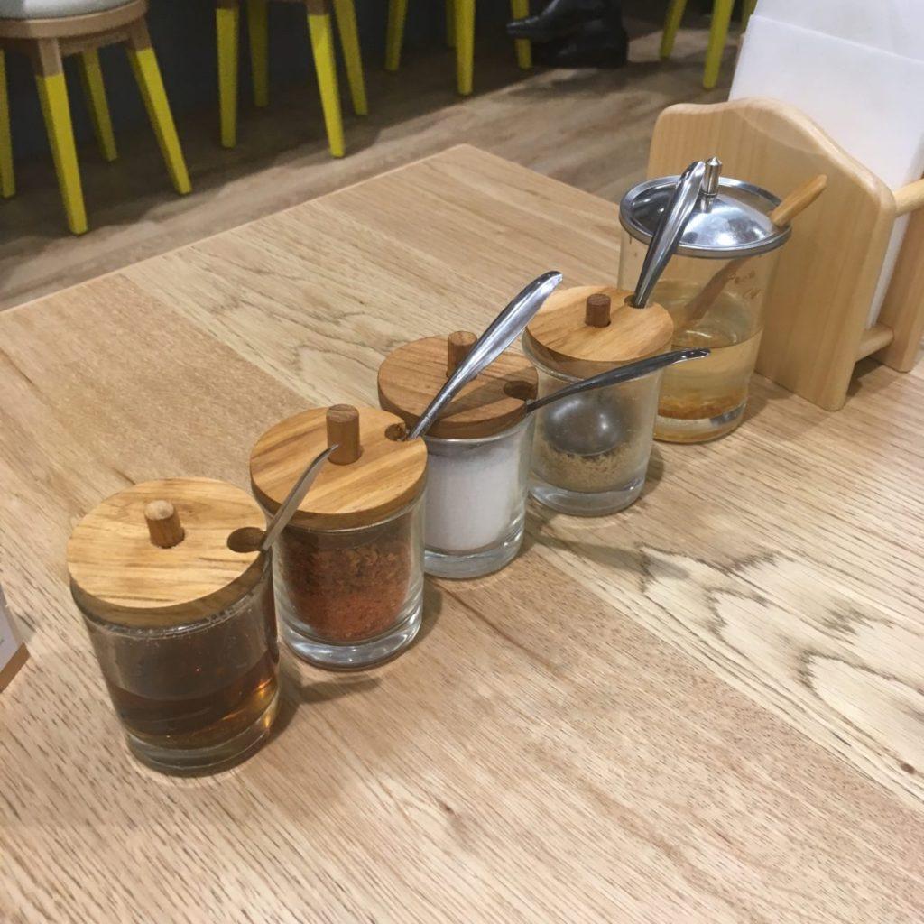 テーブルには、ナンプラー・唐辛子などがスタンバイ。好みの味に変えられます。