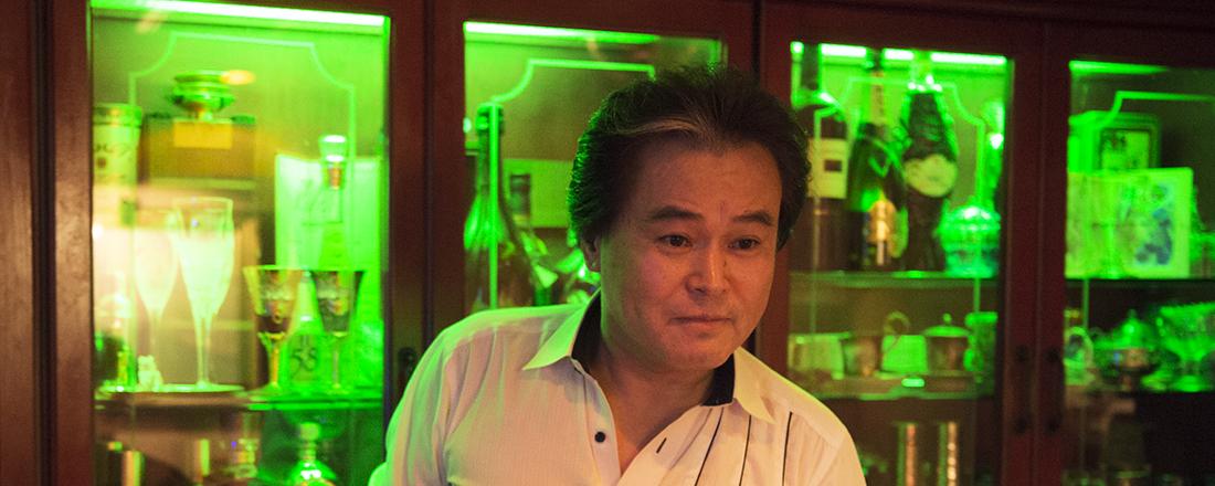 歌舞伎町屈指の音響にダンディな歌声!スナック〈ポシェット〉の藤井和人マスターは心優しき新宿のお父さん!?