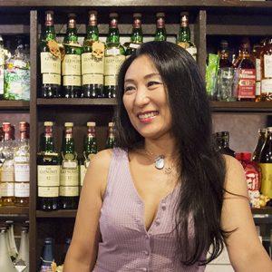 渋谷のディープエリア、円山町のオアシス!スナック〈mixnack〉で絶対笑顔になれるレイママのポジティブ思考を学ぶ。