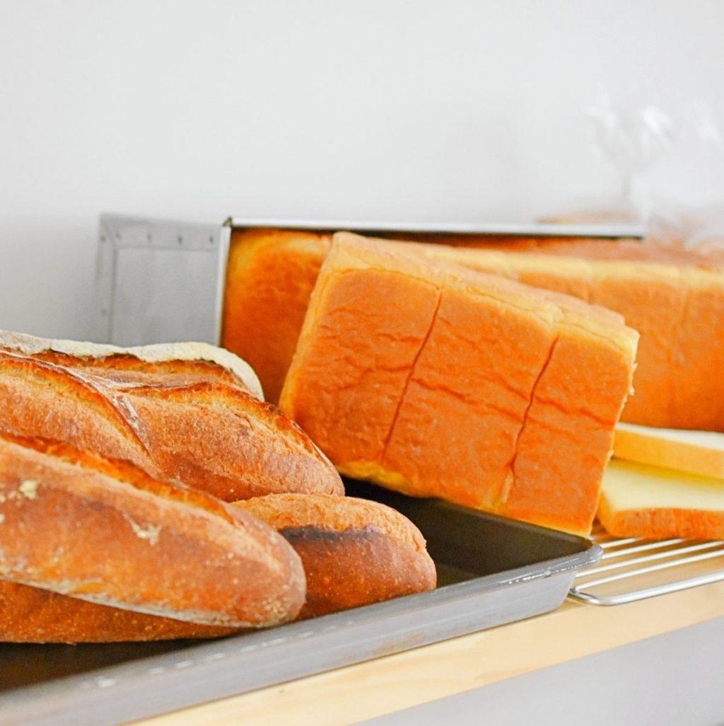 特に力を入れている、バケット(左)とバターミルク食パン(右)