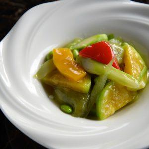 本日の野菜料理は、夏野菜のあっさり塩炒め。