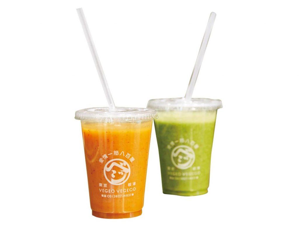 旬の野菜をそのまま搾ったスムージーはバナナやオレンジなどをブレンドした飲みやすい味。右は小松菜のグリーンスムージー500円、左はニンジンのオレンジスムージー600円。