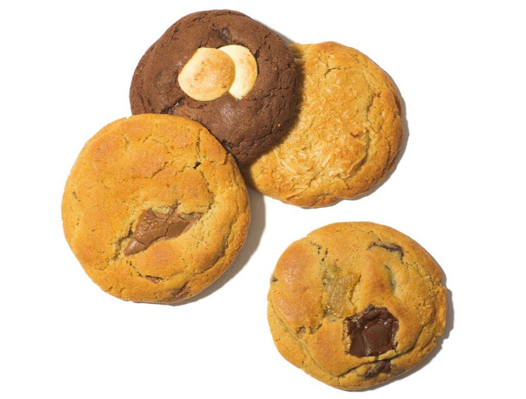 店内のオーブンでその日に焼いたものだけを提供。大ぶりの生地にチョコやナッツがゴロゴロ。各270円