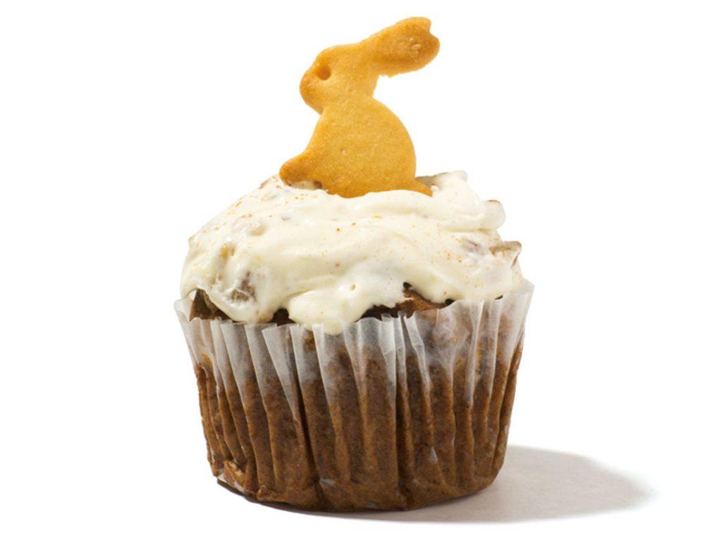 スパイスの効いた生地に、クリームチーズのフロスティングを塗った「キャロットケーキ」350円(税込)