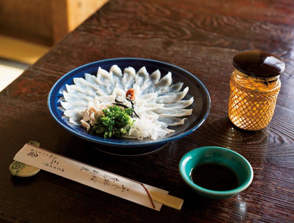 美しい菊花盛りの「フグ刺し」2,900円は「ひれ酒」820円をお供に。