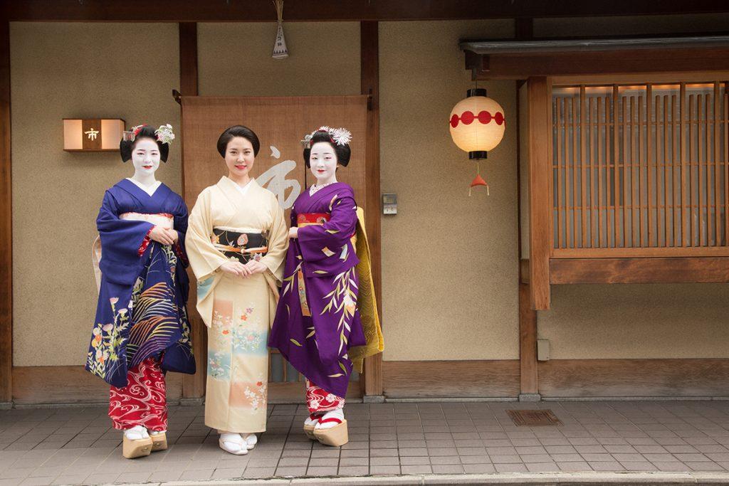 上七軒の舞妓・市こまさん(右)、祇園甲部の芸妓・真生さん(中央)、宮川町の舞妓・ふく朋さん(左)