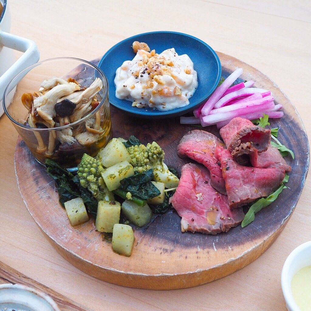 前菜は季節のお野菜にひと手間加えた、日替わりの盛り合わせ5種(写真はおよそ3名分)。