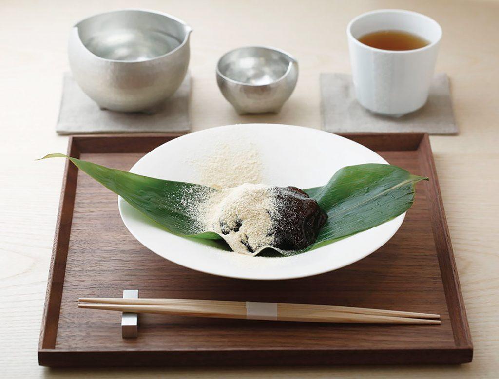〈吉村和菓子店〉による「わらび大納言」(ほうじ茶付き)(1,200円)