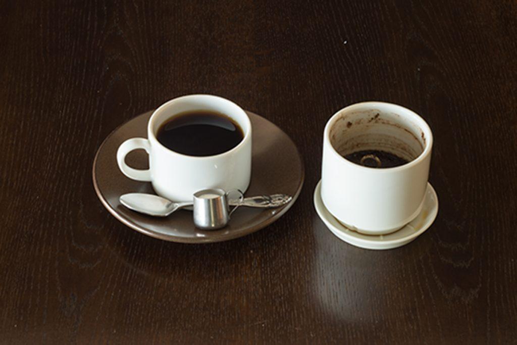 独自に開発したドリッパー付きカップで提供するコーヒー「クリスタルマウンテン」770円。