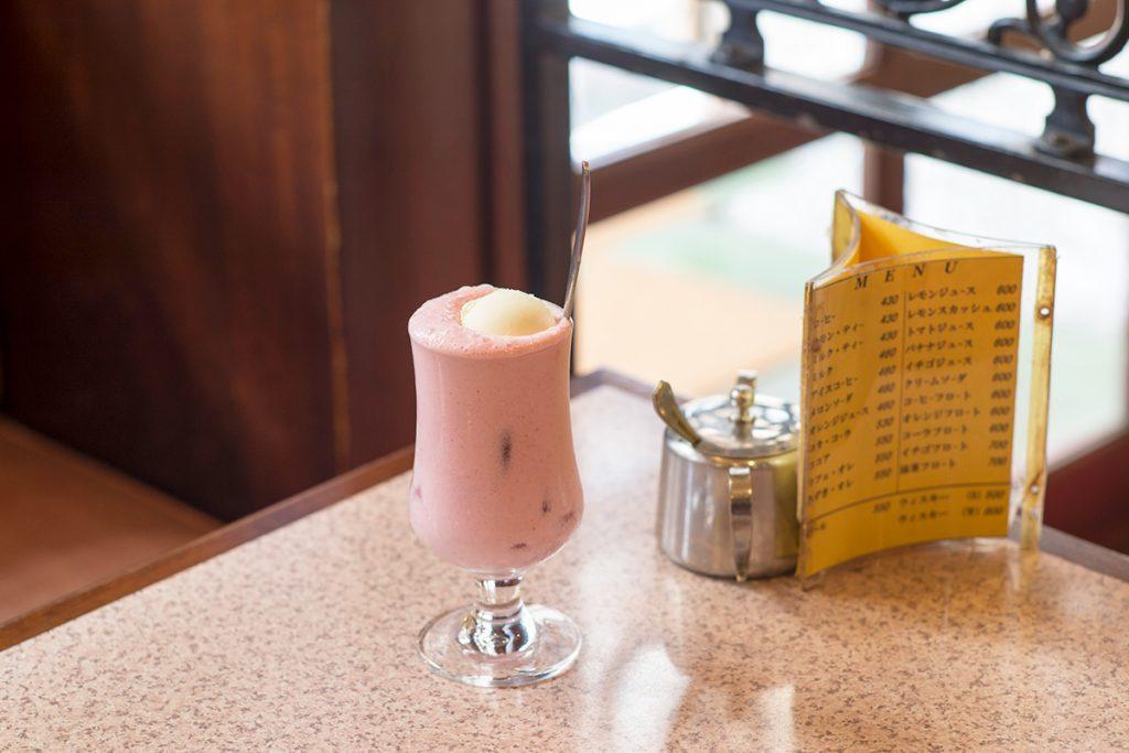 「イチゴフロート」700円(税込)イチゴミルク + アイスクリーム