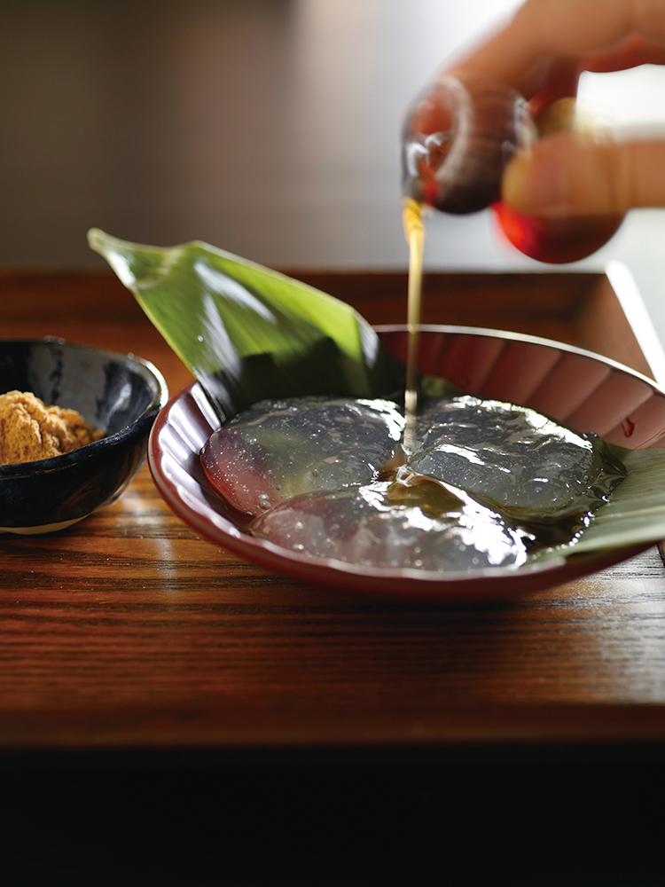 注文を聞いてから作る「吉野本葛餅」(ほうじ茶付き930円)は、できたてだからこそ味わえる、無垢なおいしさ。