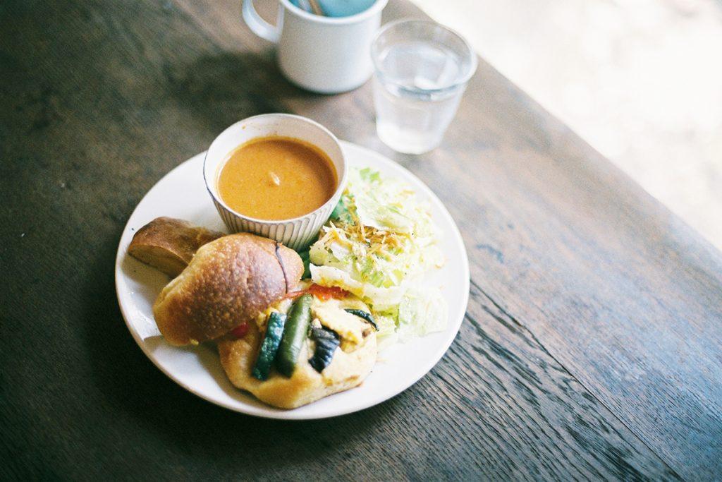いろいろパンと野菜スープセットはサラダ付きで1,000円