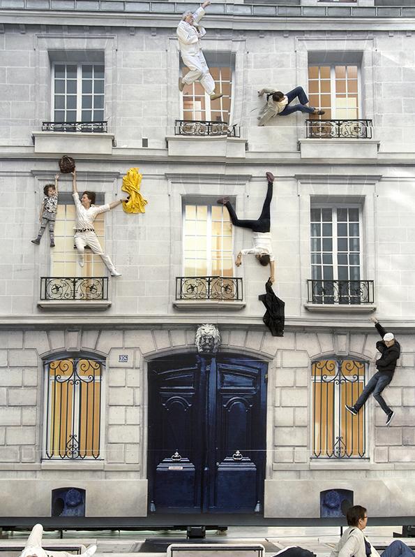 《建物》 2004年リノリウムにデジタルプリント、照明、鉄、木材、鏡800×600×1,200 cm展示風景:ニュイ・ブランシュ、パリ2004年 ※参考図版