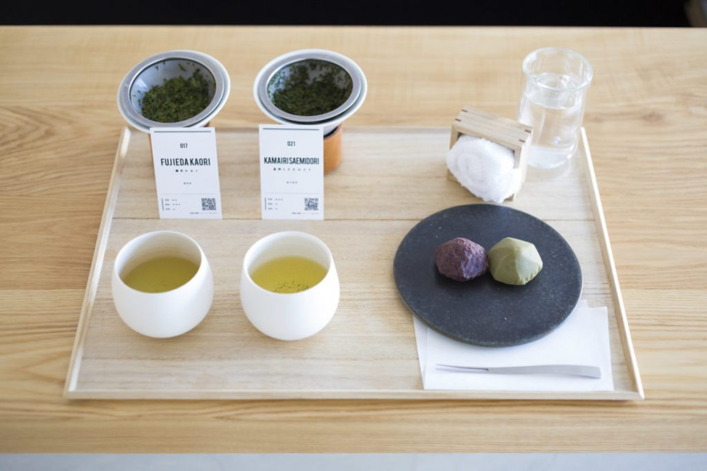 「煎茶2種飲み比べとお菓子のセット」(1,300円)(お菓子は4種から選択)