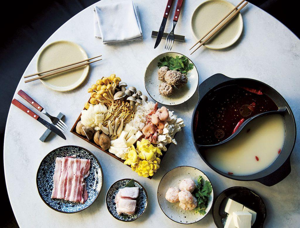 火鍋コース5,800円のメイン、薬膳きのこ火鍋。漢方食材の麻辣スープとコラーゲンの白湯スープで。
