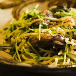 広島の「牡蠣の山椒漬け」を豆苗と炒め合わせて焼きそばに。