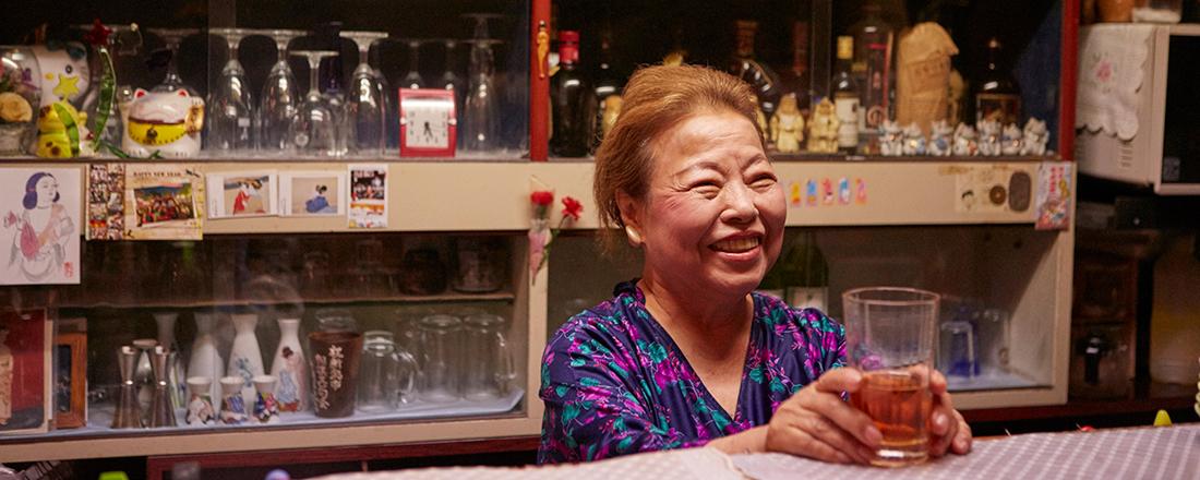 浅草で40年以上愛される〈スナック豊〉の豊子ママは、芸事から料理までとってもマルチ!