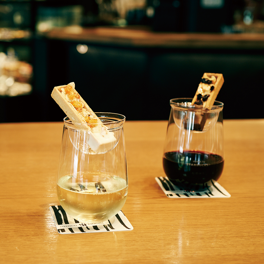 〈イブニングス〉の看板、ワイン&タルトレット。左・カシス&ドライドオレンジ+スパークリング1,250円、右・カマンベール&ベリーズ+赤ワイン1,200円。
