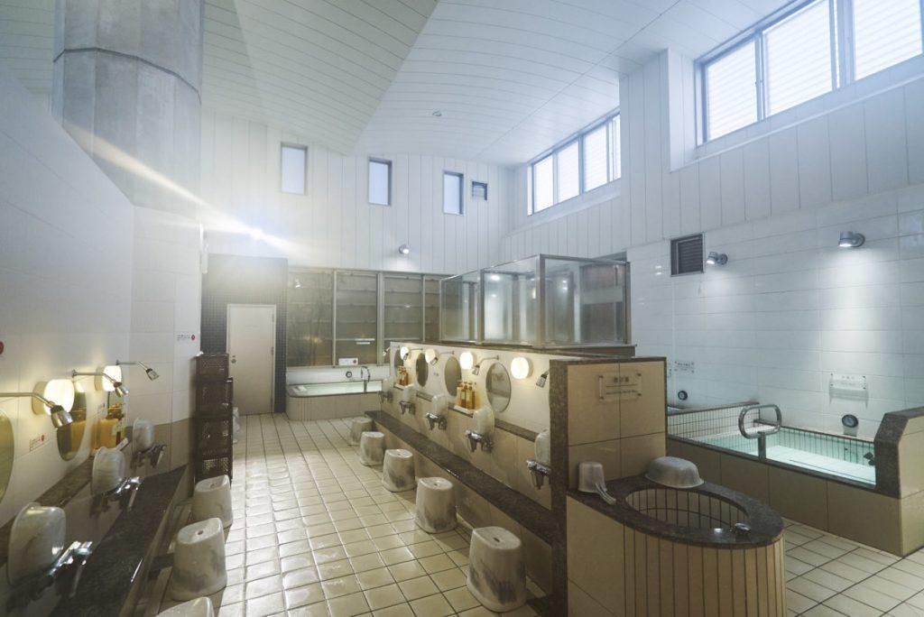 露天風呂や熱湯で温まった体を、22~24℃の水風呂で冷まし交互浴するのがオススメ。水が適温なので冷えすぎない。