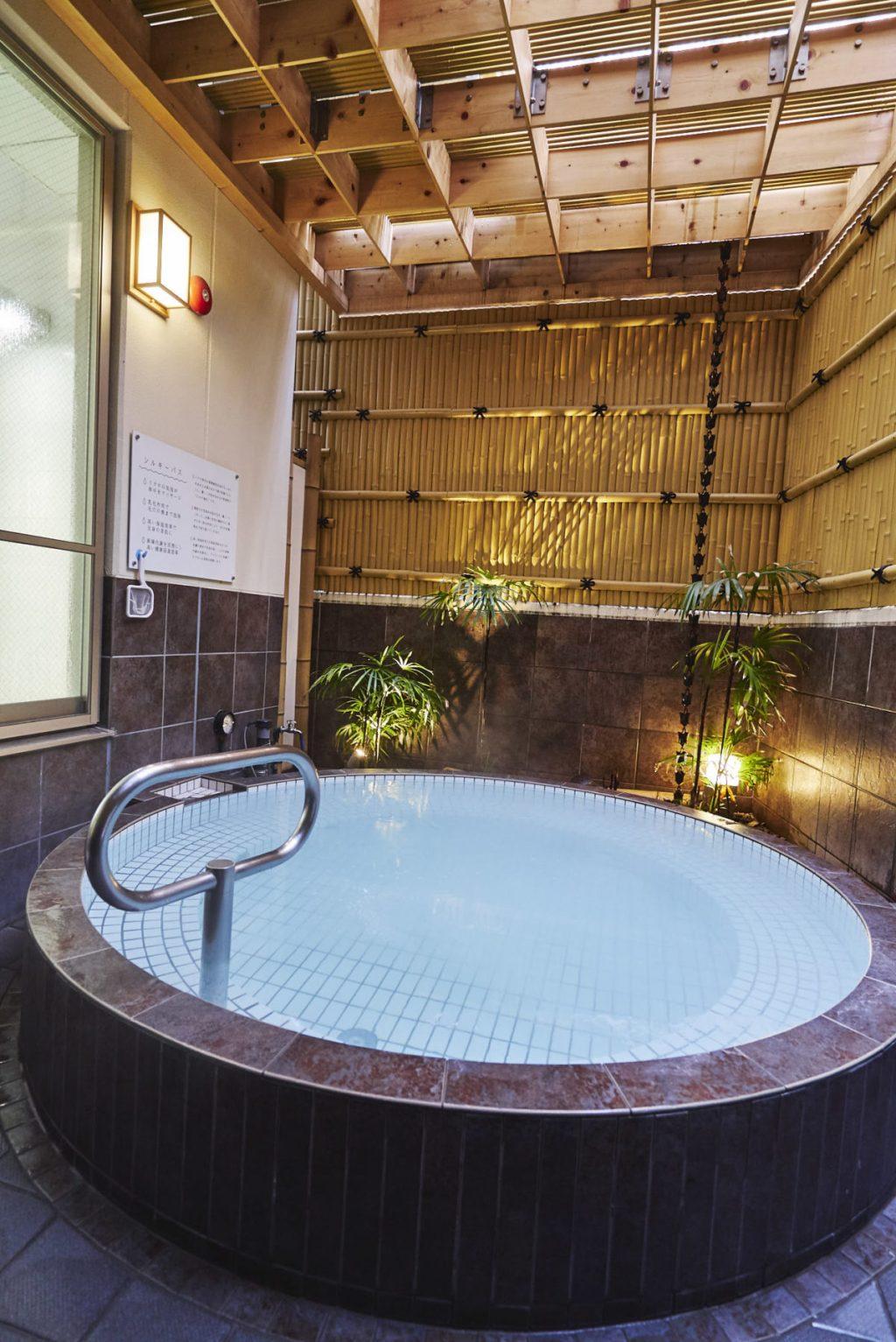 シルキーの露天風呂。夜は照明が絶妙でつい長湯してしまいそう。