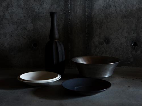 船串さんの陶器は、一見すると鉄のような佇まい。料理や花材をしっかりと引き立ててくれる。