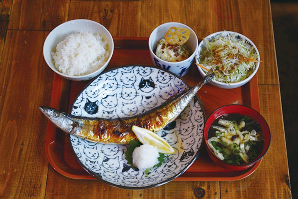 三陸産秋刀魚焼定食750円(税込)。定食はすべて白米と味噌汁、サラダと小鉢付き。誰もが毎日通えるようにとメニューの多くは1,000円以下というのもうれしい。