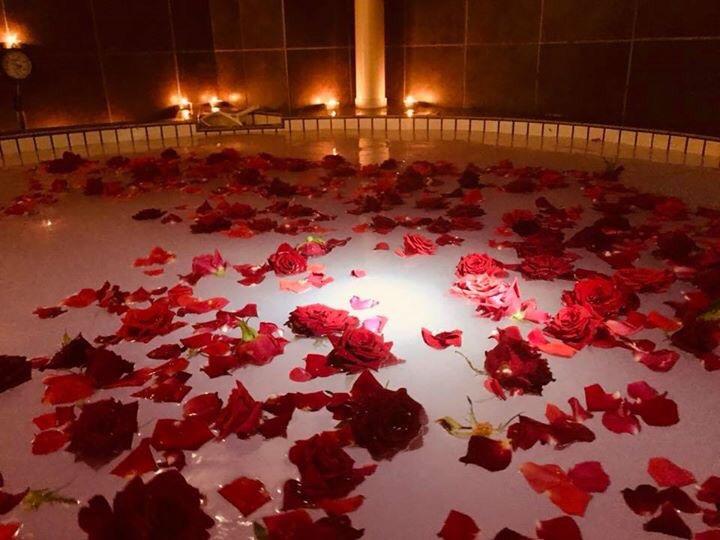 バラのほかランの花や、果物を浴槽に浮かべることも。照明と相まってとても幻想的。