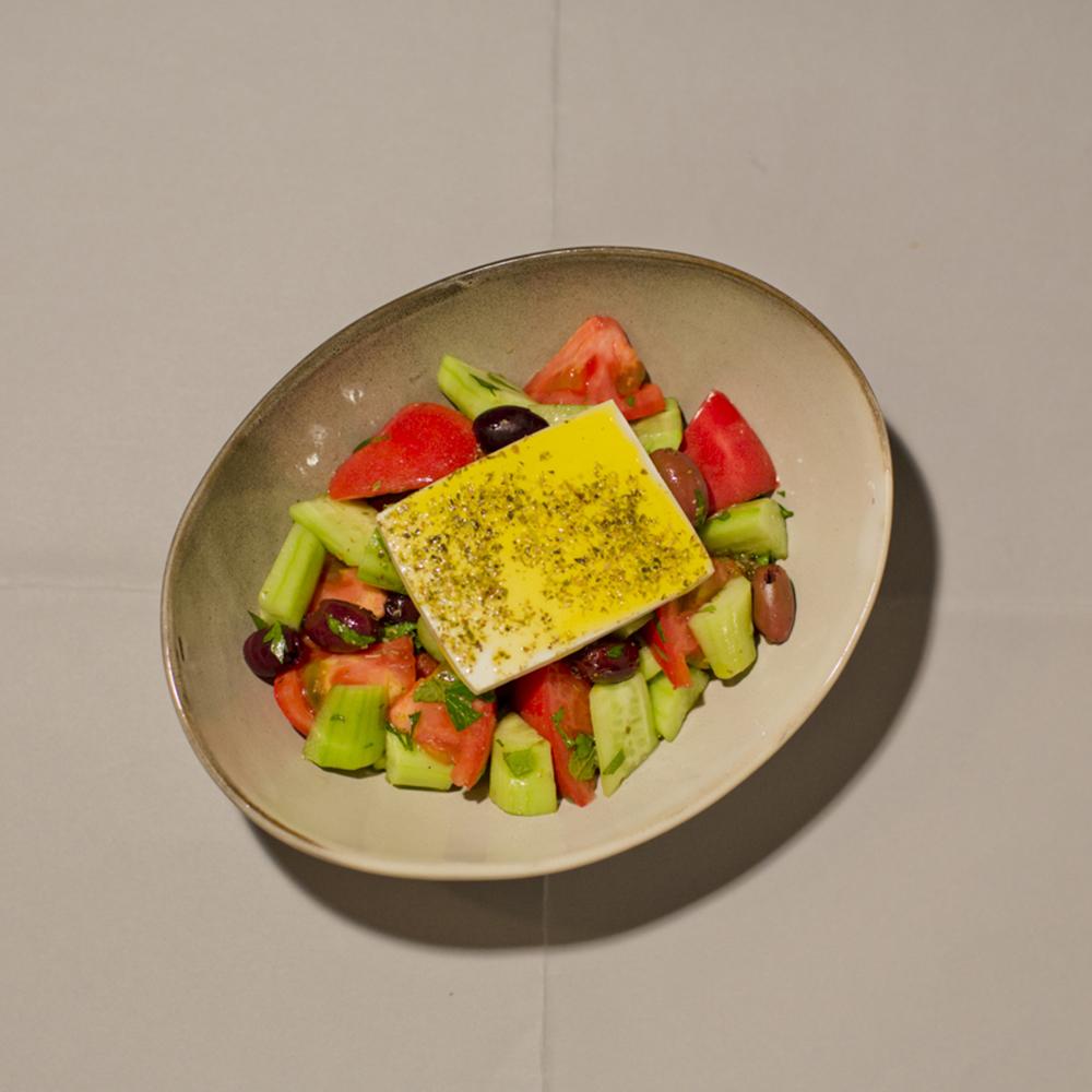 牛乳由来のフェタチーズとカラマタオリーブの「グリークサラダ」1,700円