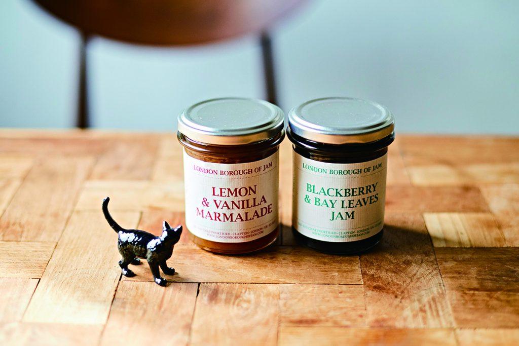 〈ロンドン・ボロー・オブ・ジャム〉のブラックベリーとベイリーフのジャム(右)とレモンとバニラのマーマレード(左)各1,800円